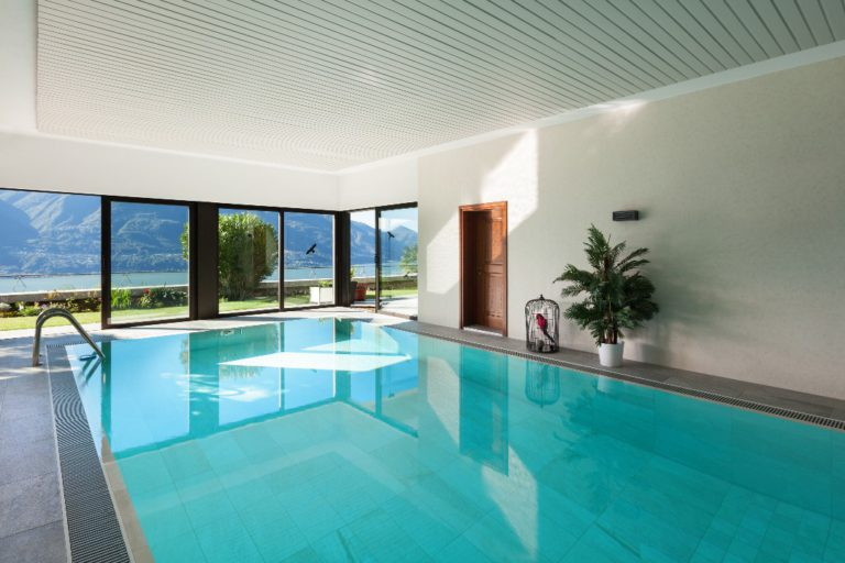 Piscine extérieure ou piscine intérieure