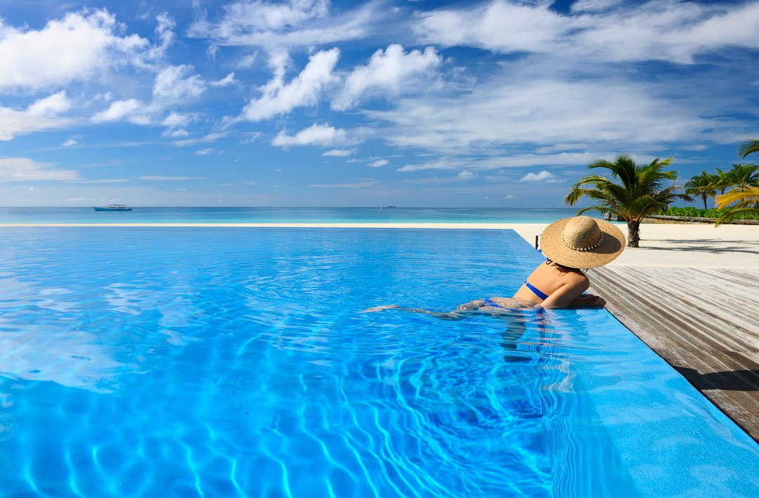 La piscine miroir atout luxe et beaut constructeur for Piscine fond miroir