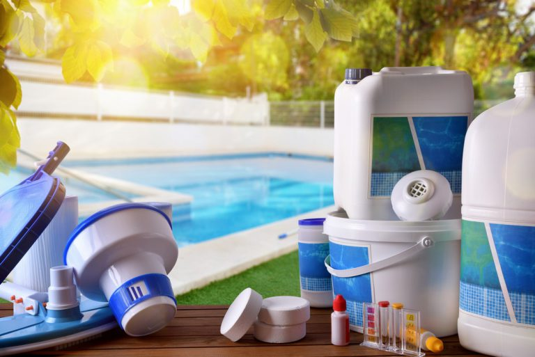 Quels sont les produits d'entretien à utiliser pour nettoyer ma piscine ?