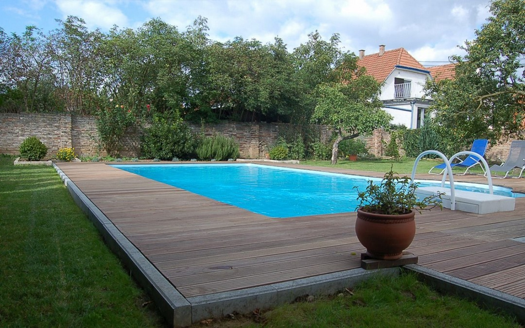 comment traiter le bois de la piscine constructeur. Black Bedroom Furniture Sets. Home Design Ideas