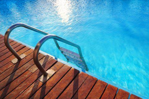 Comparatif du bois et de la pierre : effet plus naturel pour sa piscine