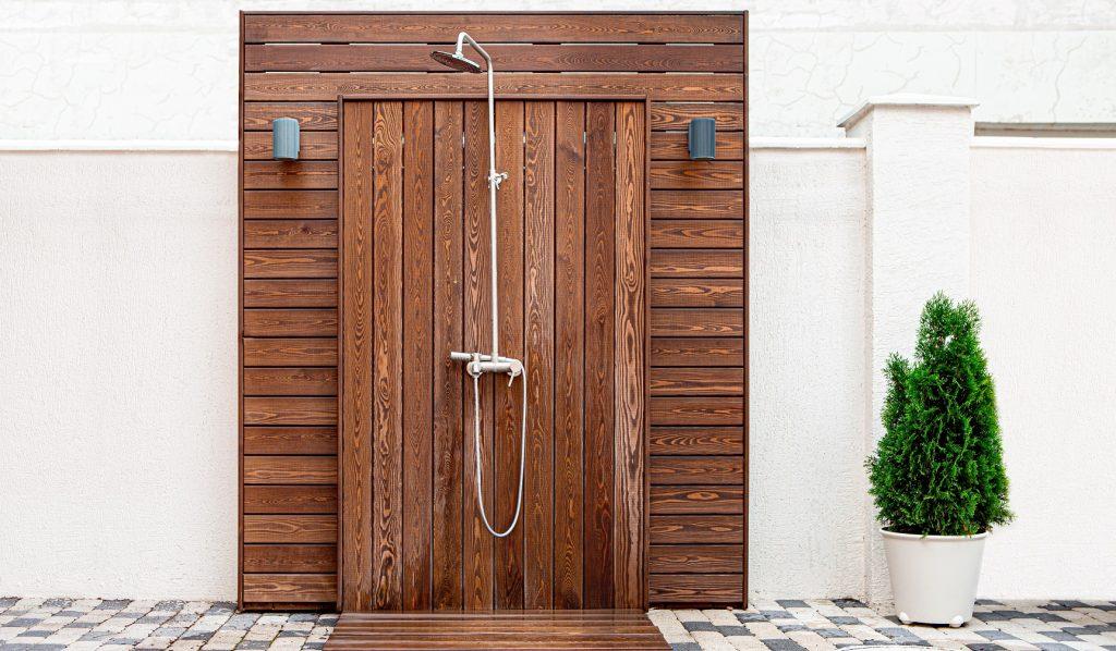 douche extérieure de piscine
